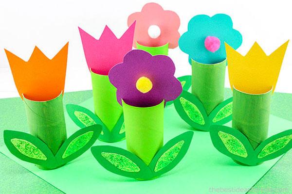 Come creare dei fiori di primavera con fine rotoli di carta