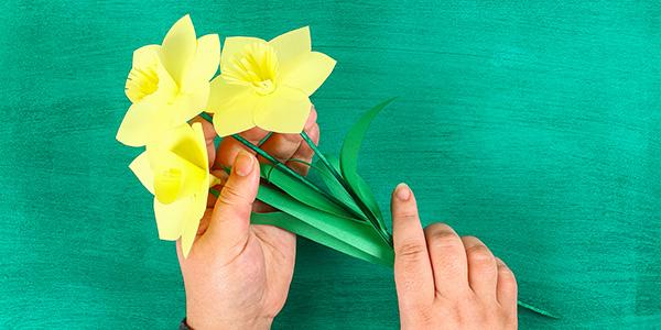 Come creare dei fiori di narciso di cartoncino