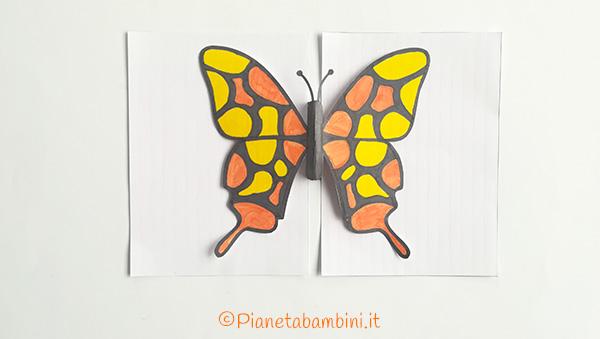Come unire le sagome della farfalla per creare il biglietto pop-up