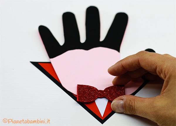 Invito di Halloween a forma di Dracula con impronta della mano 2