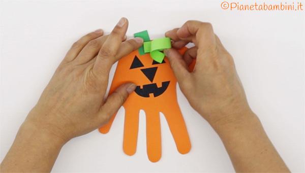 Invito di Halloween a forma di zucca con impronta della mano