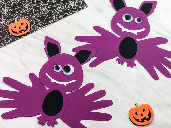Lavoretto di Halloween pipistrelli con l'impronta della mano