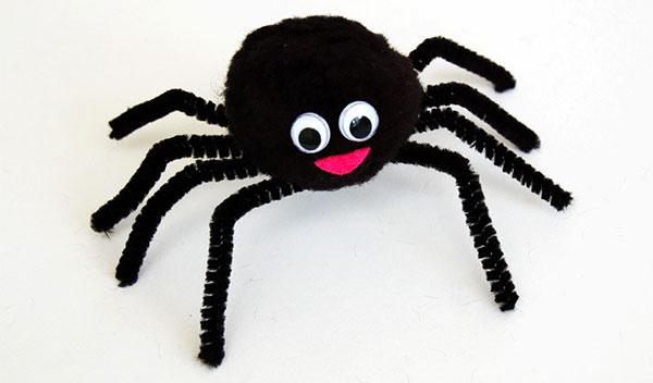 Lavoretto di Halloween ragno con pon pon e scovolini
