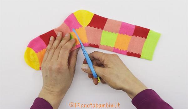 Come ritagliare il calzino per creare il corpo del pagliaccio