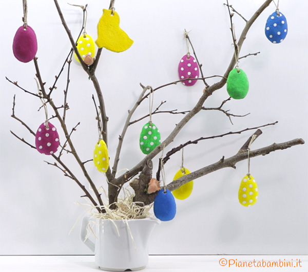 Lavoretto di Pasqua albero con decorazioni in pasta di sale