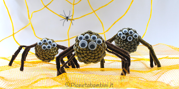 Come creare dei ragni con pigne e scovolini per Halloween