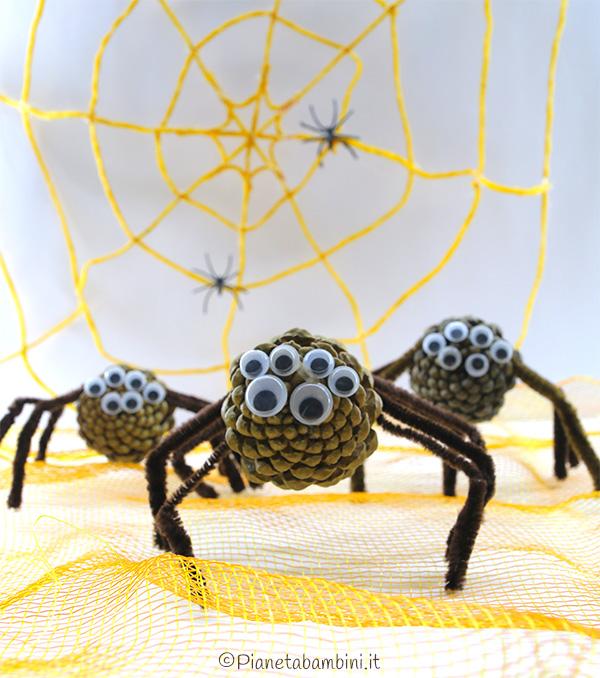 Decorazioni di Halloween ragni con pigne e scovolini da creare con i bambini