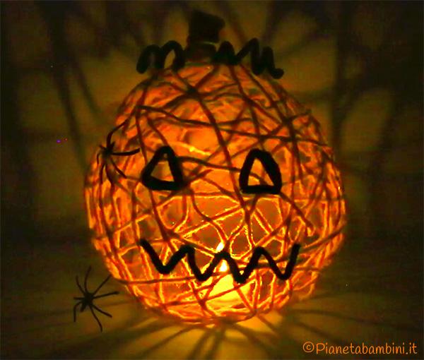 Zucca lanterna di Halloween con candela a led