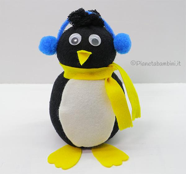 Pinguino con calzino, riso e feltro come lavoretto sull'inverno