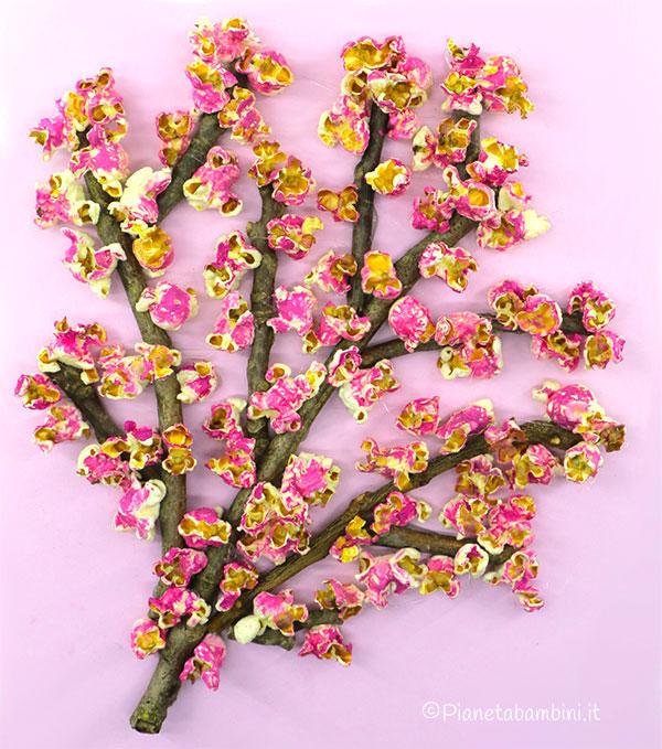 Albero fiorito con rametti e popcorn colorati