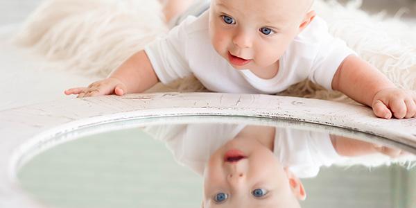 Gioco dello specchio per neonati