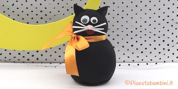 Gatto nero con calzino e riso per Halloween